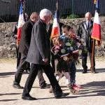 Dépot de gerbes par les enfants accompagnés de MM. Malavieille et Astruc.