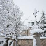 La Mairie sous la neige à Javols en Lozère