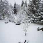 Tables de pique-nique sous la neige à Javols en Lozère