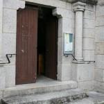 Main courante devant l'entrée de l'église de Javols