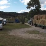 Opération de solidarité avec les agriculteurs Pyrénéens, plusieurs agriculteurs attendant le chargement des boules de foin à Javols..