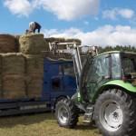 Opération de solidarité avec les agriculteurs Pyrénéens, chargement des boules de foin sur le camion à Javols.
